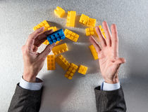 Бизнесмен вручает показывать нечетное одно для концепции управления Стоковые Изображения RF