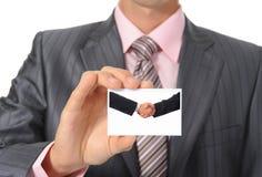Бизнесмен вручая карточку стоковые фотографии rf
