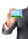 Бизнесмен вручая карточку стоковая фотография