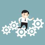 Бизнесмен вставленный в шестернях белизна принципиальной схемы изолированная терпеть неудачу также вектор иллюстрации притяжки co Стоковая Фотография RF