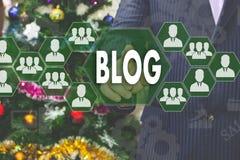 Бизнесмен выбирает блог на экране касания Стоковые Фотографии RF