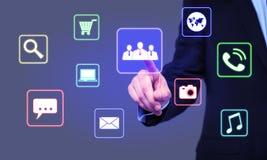 Бизнесмен выбирает значок рабочей группы на виртуальном экране Стоковые Фотографии RF