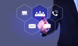 Бизнесмен выбирает значок рабочей группы на виртуальном экране Стоковое Изображение