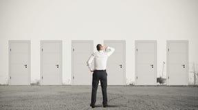 Бизнесмен выбирая правую дверь Стоковая Фотография