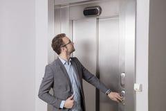 Бизнесмен вызывая лифт стоковое изображение rf