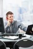 бизнесмен вызывая семью счастливым телефоном стоковые изображения