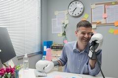 Бизнесмен вызывая с перчатками бокса Стоковая Фотография
