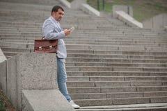 Бизнесмен вызывая телефон на городской предпосылке Директор зрелого дела Финансовая концепция дела скопируйте космос Стоковое Фото
