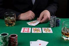 Бизнесмен выигрывает игру в покер с королевским притоком стоковое изображение
