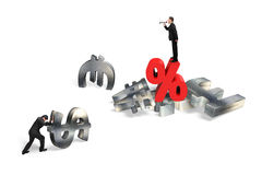 Бизнесмен выкрикивая на человеке нажимая символ валюты с percenta Стоковые Фотографии RF