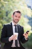 Бизнесмен выпивая кофе во время пролома Стоковое фото RF