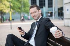 Бизнесмен выпивая кофе во время пролома Стоковая Фотография
