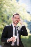 Бизнесмен выпивая кофе во время пролома Стоковые Фотографии RF