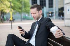 Бизнесмен выпивая кофе во время пролома Стоковые Фото