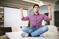 Бизнесмен выполняя йогу в конференц-зале Стоковое Изображение RF