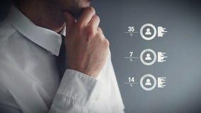 Бизнесмен выполняя оценку качества работы работника в офисе сток-видео