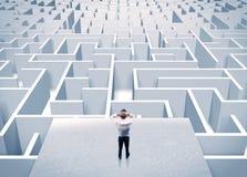 Бизнесмен вытаращить на бесконечном лабиринте Стоковые Изображения RF
