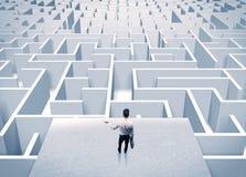 Бизнесмен вытаращить на бесконечном лабиринте Стоковое Изображение