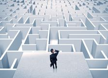 Бизнесмен вытаращить на бесконечном лабиринте Стоковое Фото