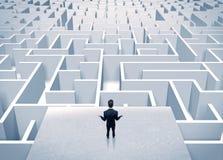 Бизнесмен вытаращить на бесконечном лабиринте Стоковая Фотография
