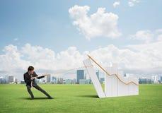 Бизнесмен вытягивая диаграмму с веревочкой как концепция силы и управления стоковое изображение