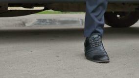 Бизнесмен выходит автомобиля сток-видео