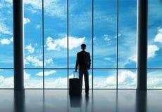Бизнесмен в авиапорте стоковые фотографии rf