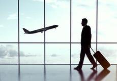 Бизнесмен в авиапорте стоковая фотография