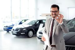 Бизнесмен в автосалоне - продажа кораблей к клиентам Стоковые Фотографии RF
