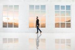 Бизнесмен в белом интерьере офиса Стоковая Фотография