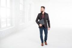 Бизнесмен в белом интерьере офиса Стоковое Фото