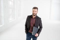 Бизнесмен в белом интерьере офиса Стоковое фото RF