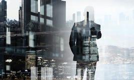 Бизнесмен в большом городе Мультимедиа Стоковое Изображение