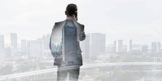 Бизнесмен в большом городе Стоковые Фотографии RF
