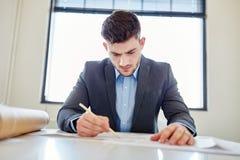 Бизнесмен в глубокой концентрации Стоковое Изображение