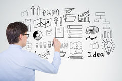 Бизнесмен в голубой рубашке рисует startup эскиз идеи на a Стоковое фото RF