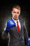 Бизнесмен в голубых перчатках бокса Стоковое Изображение RF