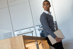Бизнесмен в его кухне с цифровой таблеткой Стоковая Фотография