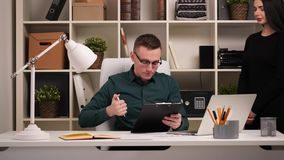 Бизнесмен в его офисе видеоматериал