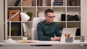 Бизнесмен в его офисе акции видеоматериалы