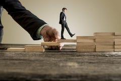 Бизнесмен в деловом костюме идя вверх по шагам стоковые изображения rf