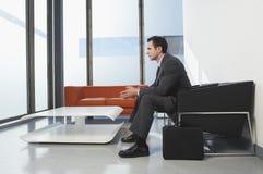 Бизнесмен в зале ожидания Стоковые Фото