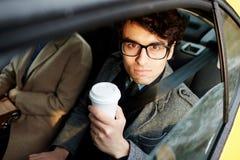 Бизнесмен в заднем сиденье автомобиля Стоковые Фотографии RF