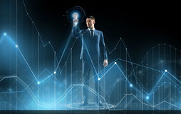 Бизнесмен в диаграмме костюма касающей виртуальной Стоковая Фотография RF
