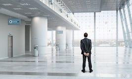 Бизнесмен в интерьере офиса Мультимедиа Стоковые Изображения RF
