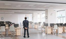 Бизнесмен в интерьере офиса Стоковое Изображение