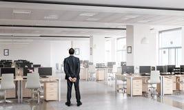 Бизнесмен в интерьере офиса Стоковые Изображения RF