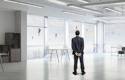 Бизнесмен в интерьере офиса Стоковые Фотографии RF