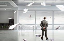 Бизнесмен в интерьере офиса Стоковые Изображения