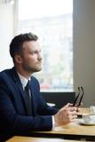 Бизнесмен в кафе Стоковое фото RF